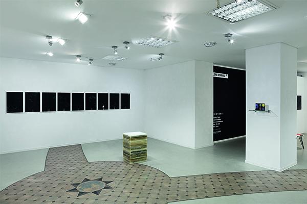 Siebdrucke (Wand) Andreas Kempe, Objekt (Boden) Cindy Schmiedichen